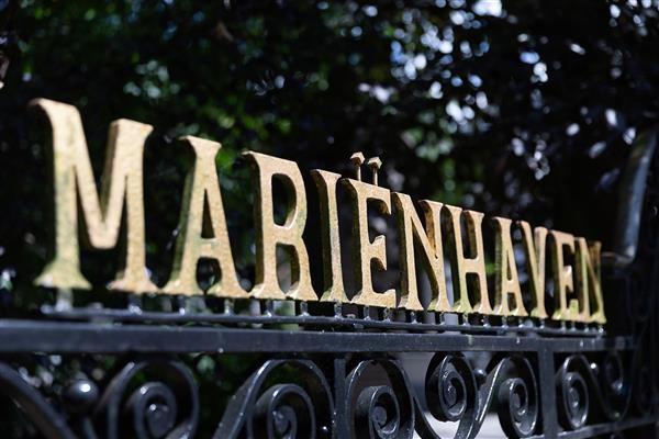 Letters Mariënhaven op het hek bij de ingang