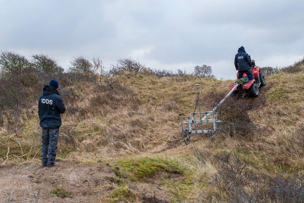 Opsporingsonderzoek met een quad in de duinen