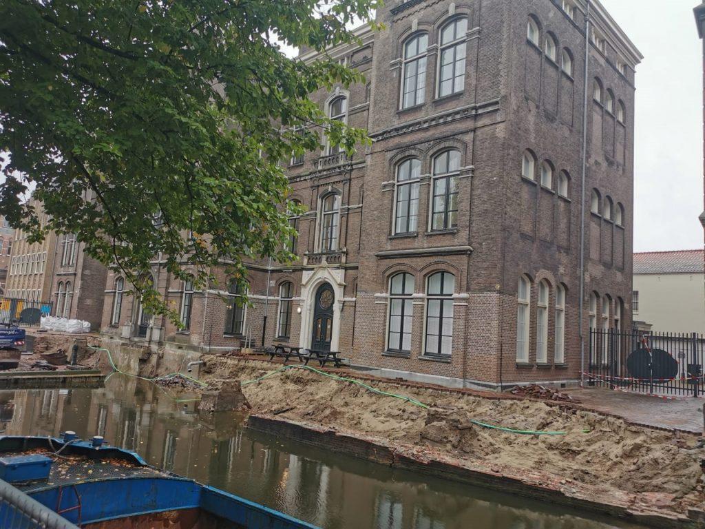 Afbeelding van het ingestorte deel van de Grimburgwal grenzend aan een gebouw van de UvA.