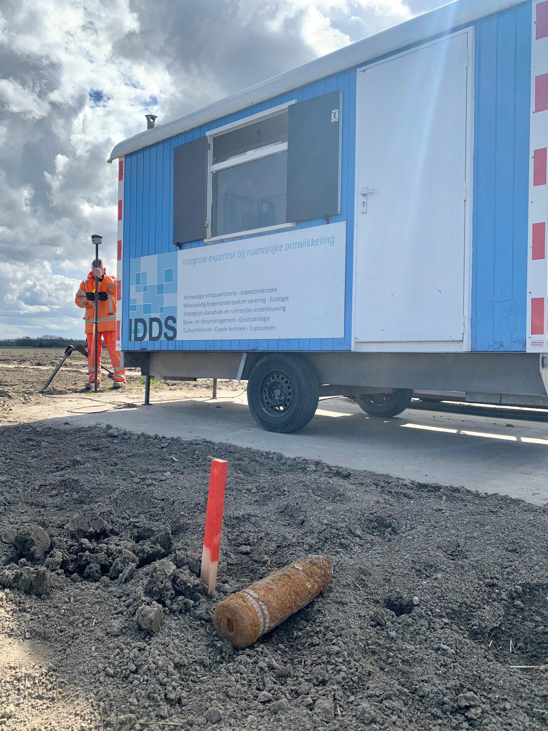 bouwkeet van IDDS met op de voorgrond een veiliggesteld explosief